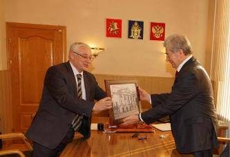 172. After the signing of Agreement on cooperation between RTU and MPEI Rector MPEI presents the souvenir to RTU Rector