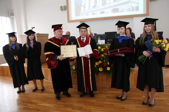 199. MPEI Rector N.D. Rogalov presents the Diploma of Honorary MPEI Doctor to KSTU Rector T.B. Duishenaliev at the Session of MPEI Academic Council