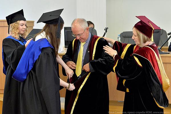 Новости Вручение диплома Почетный доктор МЭИ лауреату  7 апреля 2017 года на заседании Ученого совета МЭИ состоялась торжественная церемония вручения диплома Почетный доктор МЭИ гражданину Великобритании Джону